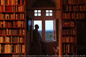 autoportrait_fenêtre_bibliotheque