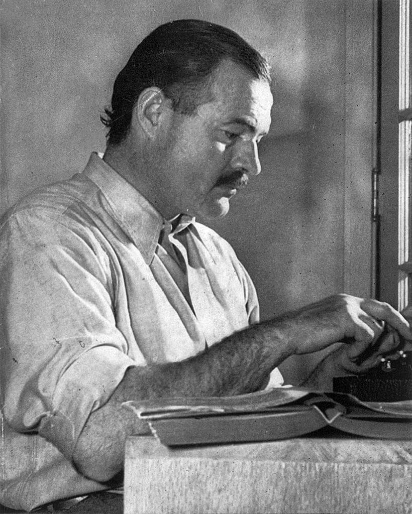 Ernest Hemingway écrivant sa propre bio pour Wikipedia